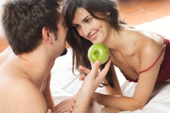 sexy-couple-in-bed-with-apple